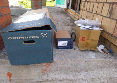 Монтаж комплекта скважинного насоса Grundfos SQE 2-85 вблизи деревни Заячий Холм.