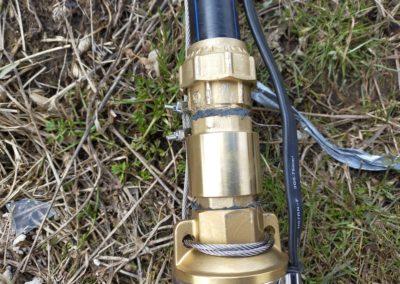 Установка на скважинный насос Unipump обратного клапана с латунной компрессионной муфтой и правильная фиксация троса скважинного насоса.