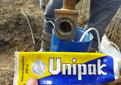 Подготовка, перед окончательной установкой скважинного насоса на съёмной части скважинного адаптера.