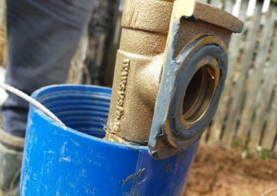 Смазка съёмной части скважинного адаптера перед установкой.