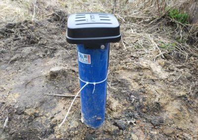 Металлическая скважинная крышка EMS с клеммной коробкой.