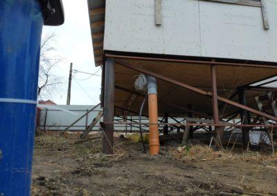Ввод трубы от скважины в дом на винтовых сваях с греющим кабелем.